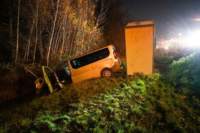 Auto's in sloot na ongeval op N2 bij Eindhoven.
