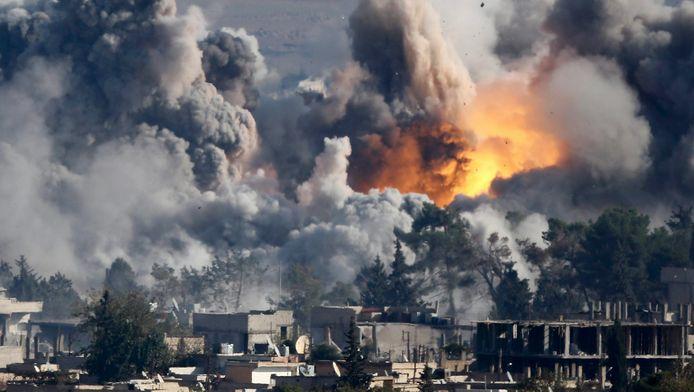 Een luchtaanval van de internationale coalitie op de Syrische stad Kobani, in oktober vorig jaar.