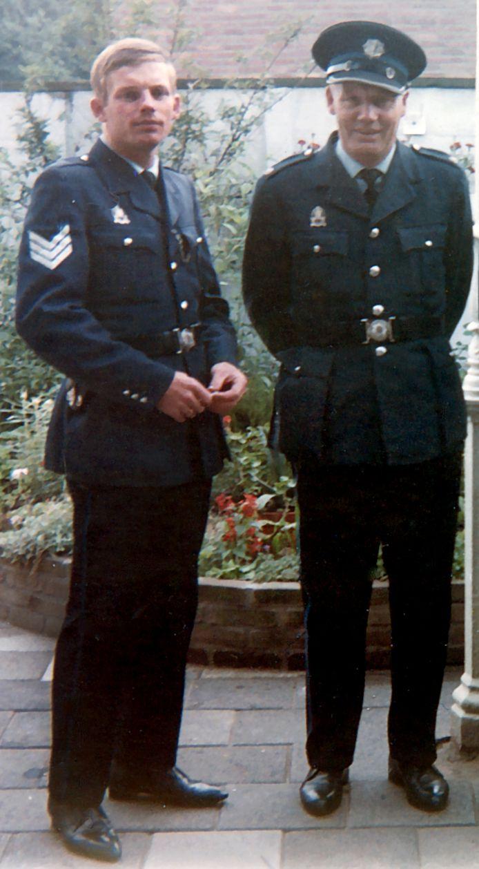 Politieman Flip Raap (links) en zijn vader Willem. De familie Raap was een echte politiefamilie. Ook broers Joop, Theo en Simon uit het gezin werkten in het blauw.