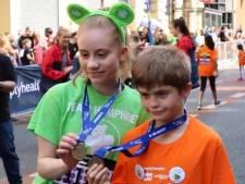 Freya (15) haalt rennend geld op voor ziekenhuis dat haar na aanslag leerde lopen