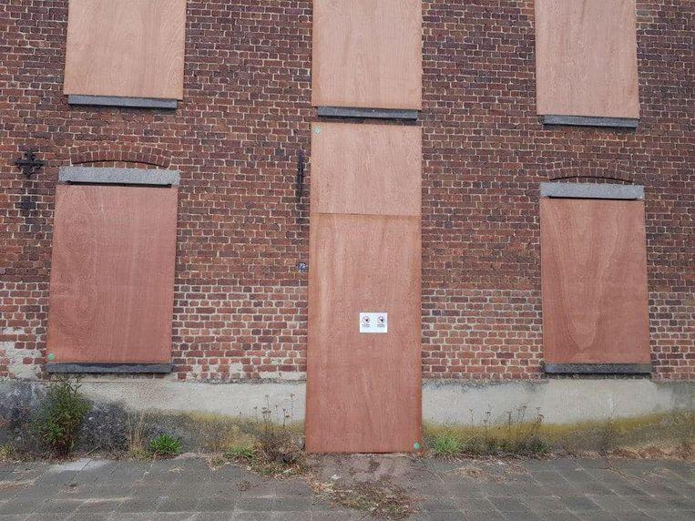 Het kraakpand op de Staatsbaan in Lubbeek werd op bevel van burgemeester Theo Francken (N-VA) dichtgetimmerd.