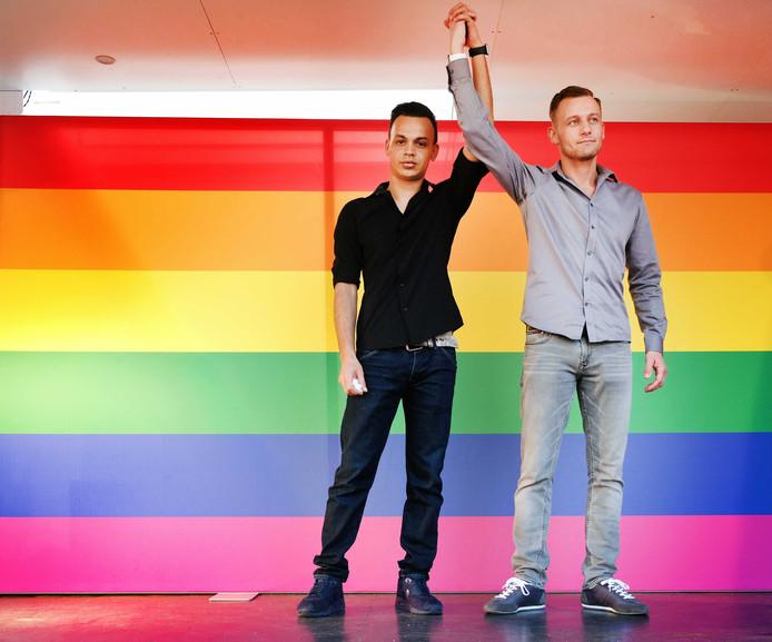 Jasper en Ronnie tijdens een demonstratie tegen homogeweld in april in Arnhem.