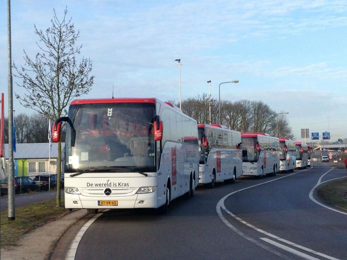De bussen met hoog bezoek komen binnen.