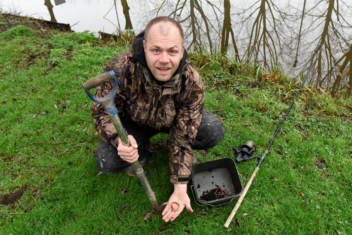 Willem-Jan van Tuijl van de Hengelsportvereniging Woerden heeft nooit moeite gehad om regenwormen te vinden.