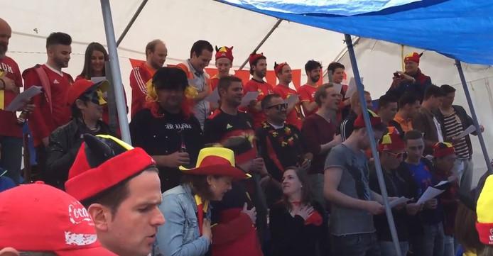 De fans zingen samen het volkslied van België.