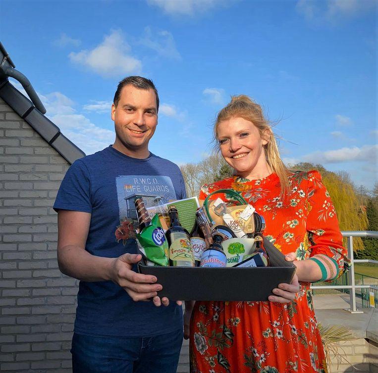 Dries Depoorter en Fien Janssens van DD BaR! brengen geschenkmanden op de markt in deze coronatijden.