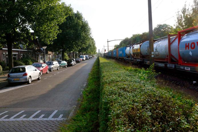 Een goederentrein passeert de Hofstraat in Tongelre.