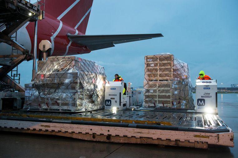 Een toestel met hulpgoederen, voor de getroffen bewoners van orkaan Irma op Sint Maarten, wordt ingeladen op luchthaven Schiphol. De goederen zijn betaald met geld dat is binnengekomen op giro 5125 van het Rode Kruis Beeld anp