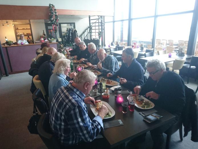 Vrachtwagenchauffeurs mogen voorproeven voor opening van vrachtwagenrestaurant in Wendy's aan de Zeelandbrug bij Zierikzee.