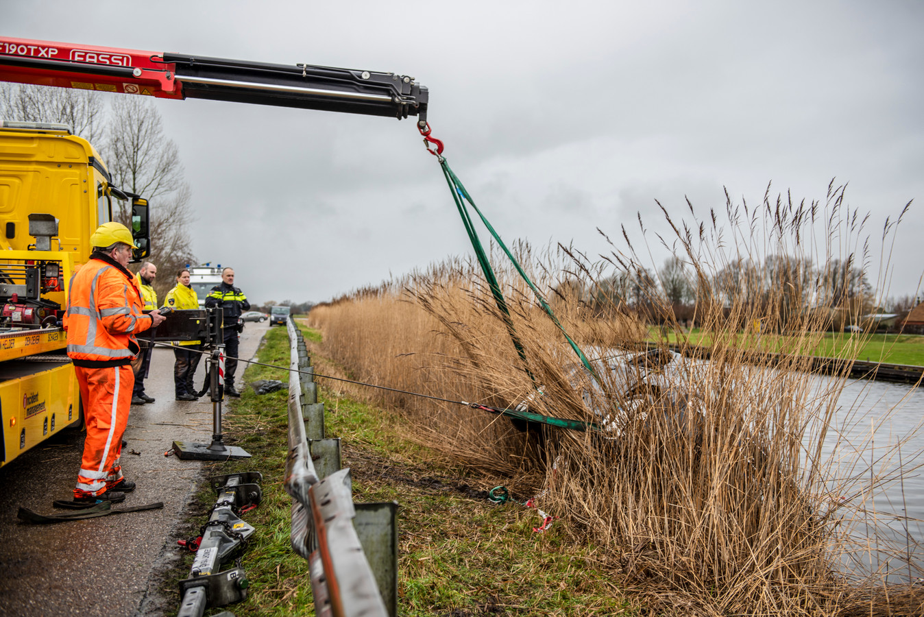 Vier mensen zijn overleden nadat de auto waarin zij zaten, te water was geraakt in het Noord-Hollandse Obdam. Hoe het ongeluk kon gebeuren, is nog niet duidelijk.