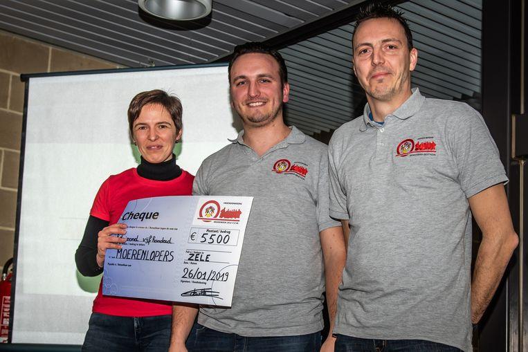 Evy Beirnaert (links) mocht een cheque van 5.500 euro in ontvangst nemen uit handen van de brandweer van Zele
