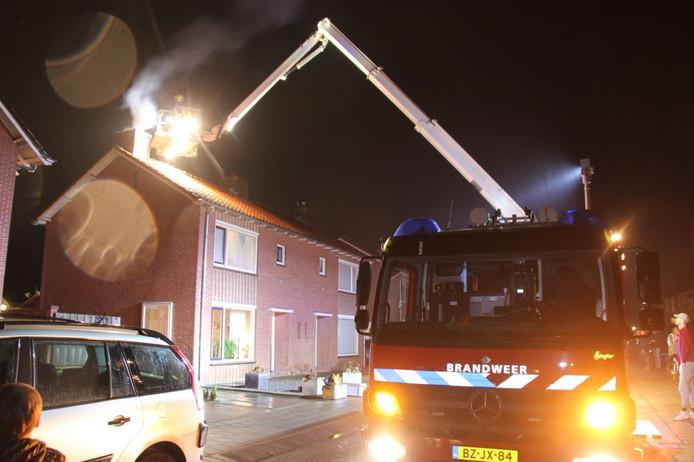 De brandweer bestrijdt de brand en veegt de schoorsteen schoon.