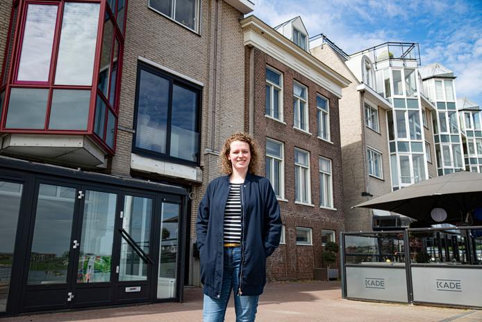 Anneliek Peters voor het huis (in het midden met donkere baksteen) aan de Waalkade 51 waar haar oma vroeger heeft gewoond.