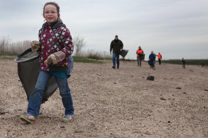 In plaats het zwerfvuil alleen op te ruimen, zoals hier in de Klompenwaard bij Doornenburg, wil de IVN het afval de komende jaren in nauwgezet in kaart gaan brengen.