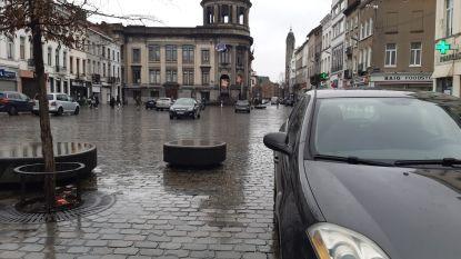 """Nog altijd foutparkeerders op 'autovrij' Gemeenteplein in Molenbeek: """"Eind maart moet er plan van aanpak zijn"""""""