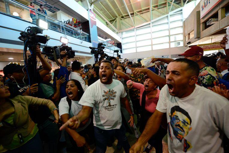 Demonstranten in het luchthavengebouw in Caracas. Beeld AP