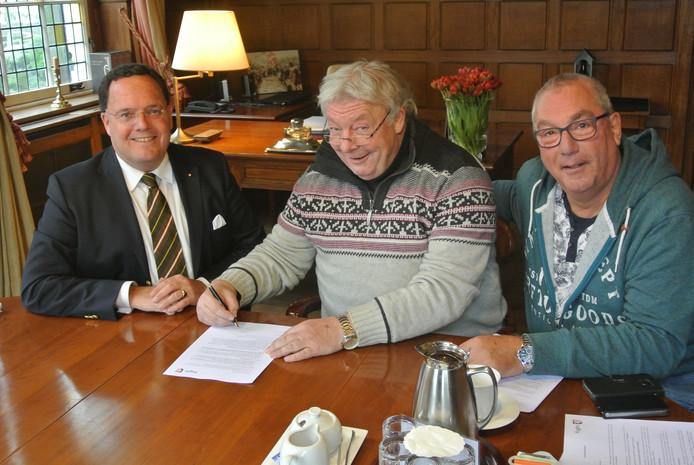 Burgemeester Van de Mortel en leden van Dommelbaorzedurp tekenen de gebruikersbijeenkomst voor de 'nieuwe' bouwhal.
