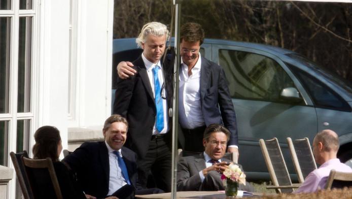 Premier Mark Rutte omhelst PVV-leider Geert Wilders in de tuin van het Catshuis tijdens de onderhandelingen.