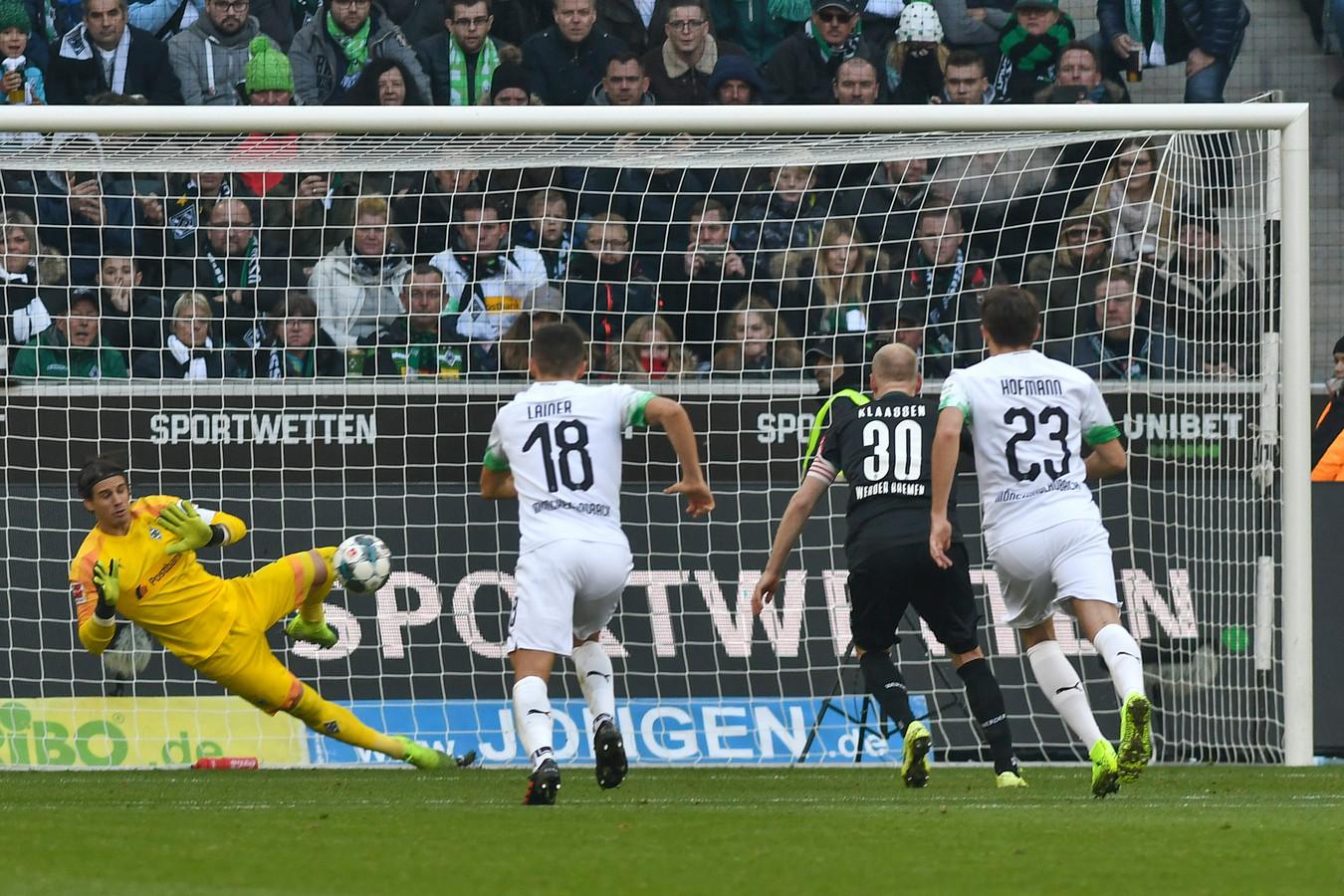 Yann Sommer stopt de strafschop van Klaassen.
