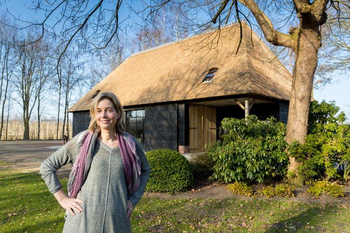 Maartje de Jong bij de opnieuw opgebouwde Vlaamse schuur.