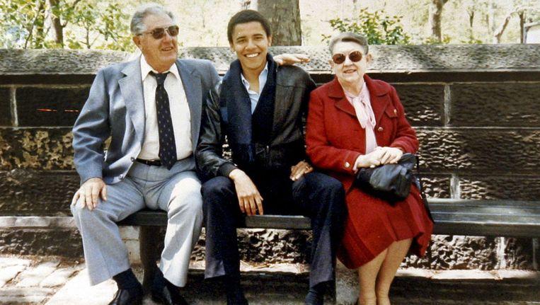 Barack Obama met zijn grootouders als student aan de Universiteit van Columbia, kort voor hij Genevieve ontmoette. Beeld ap