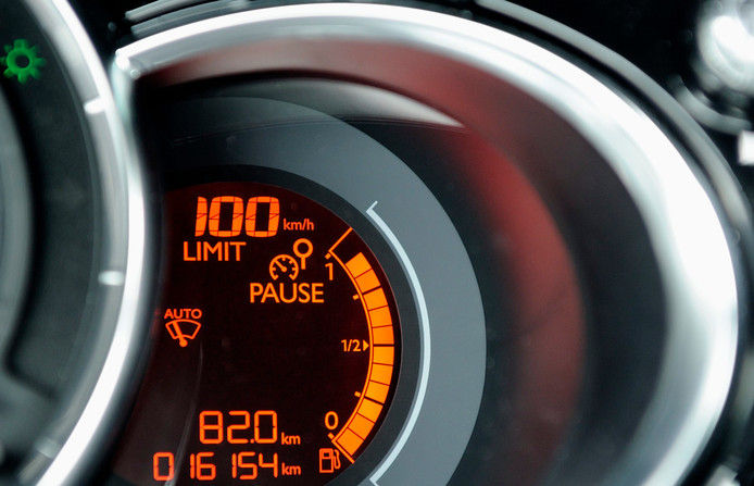De cruisecontrol van een auto geeft 100 kilometer per uur aan. Wat betreft de Gelderse natuurorganisaties gaat dat de maximumsnelheid worden op de Nederlandse snelwegen.