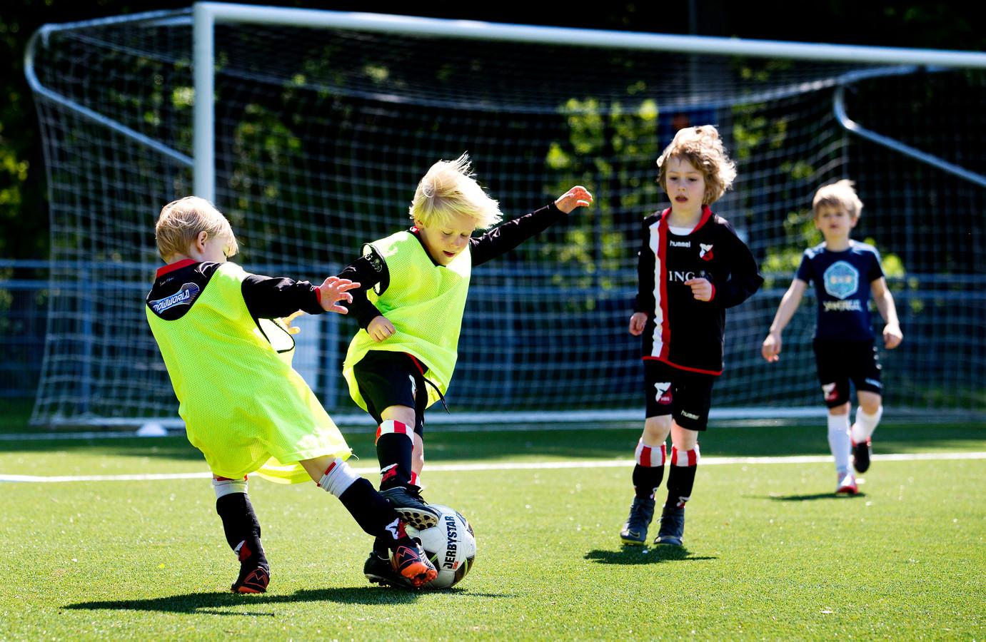 De energie spat ervan af op de velden van de Haagse club HBS Craeyenhout.