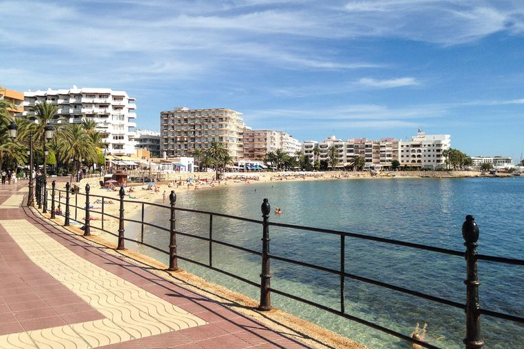 De promenade van de populaire badplaats Santa Eulalia.