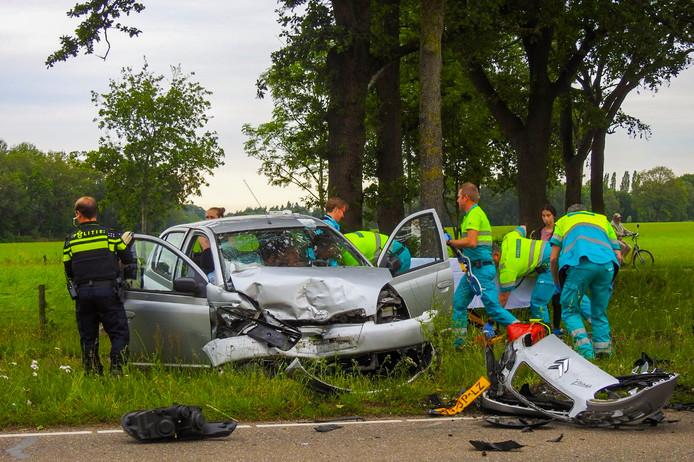 Twee gewonden bij frontale botsing in Waalre.