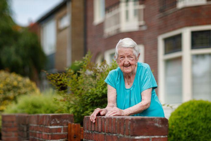 Mieke Dierckx in haar voortuintje aan de Middenstraat in Roosendaal