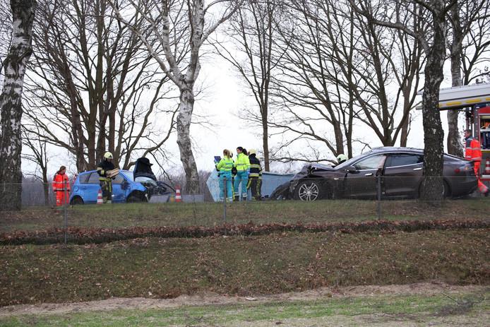De Tesla van de Udenaar (r) en de auto van het slachtoffer botsten vol op elkaar bij Reek.