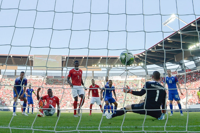IJsland-doelman Hannes Halldorsson werd zaterdag in Zwitserland zes keer gepasseerd. Hier door Denis Zakaria (l).