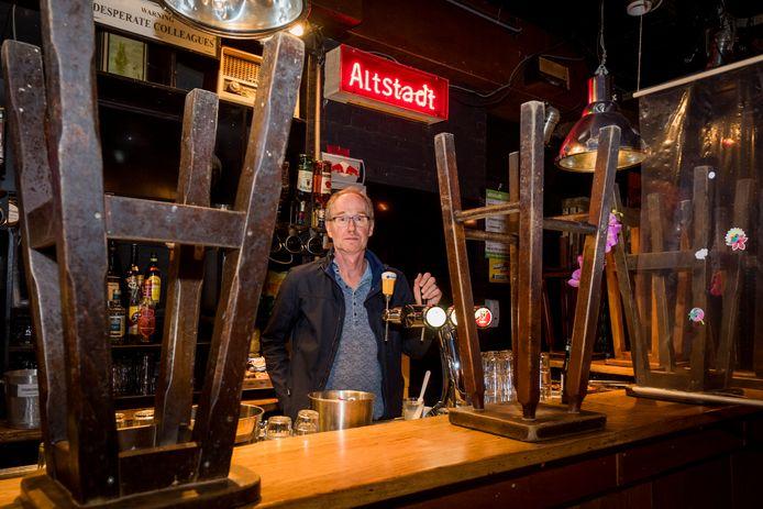 Eigenaar Luitzen Boonstra in zijn café Altstadt op Stratumseind. De krukken blijven voorlopig op de bar staan.