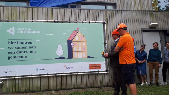 Wethouder Geers (links) onthult de poster bij de officiële start van de werkzaamheden in Maliskamp.