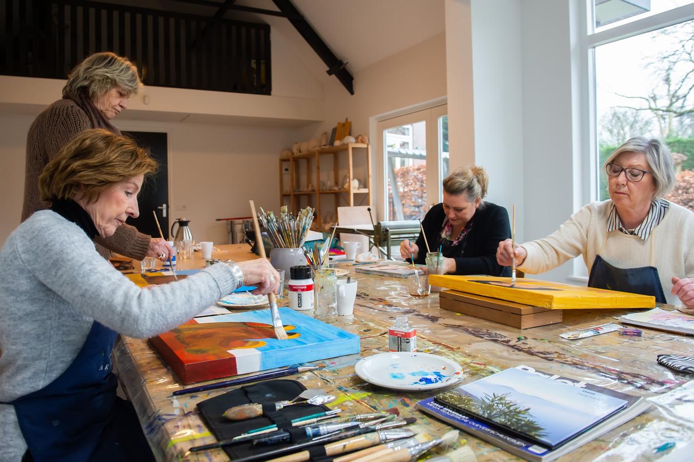 Breda Pix4Profs/René Schotanus.  Arny Otten - van der Avort (links) geeft schilderles en is zelf ook patient.