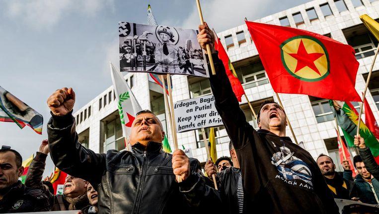 Demonstranten van de Federatie Koerden in Nederland tijdens het protest in Amsterdam Beeld anp