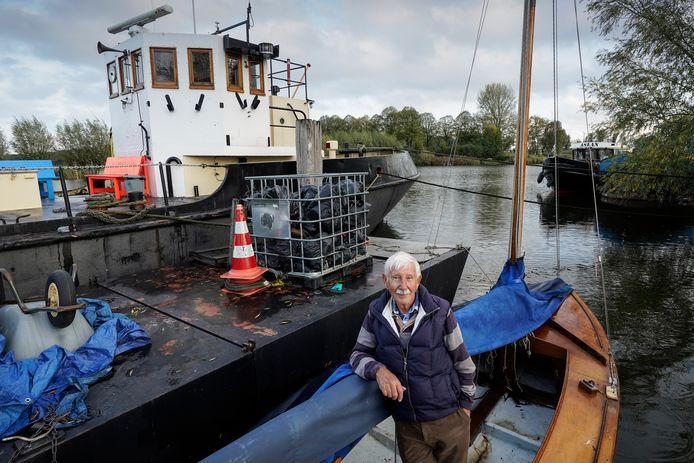 Wietse Dijkstra schonk zijn BM zestienkwadraat aan het Waalwijkse Zeekadetkorps.