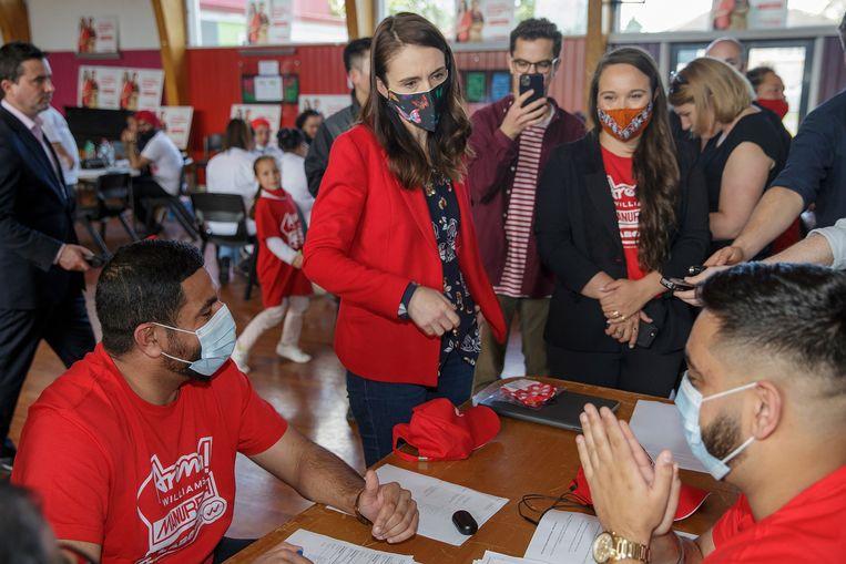 De Nieuw-Zeelandse premier Jacinda Ardern bezoekt een stembureau in Auckland.  Beeld EPA