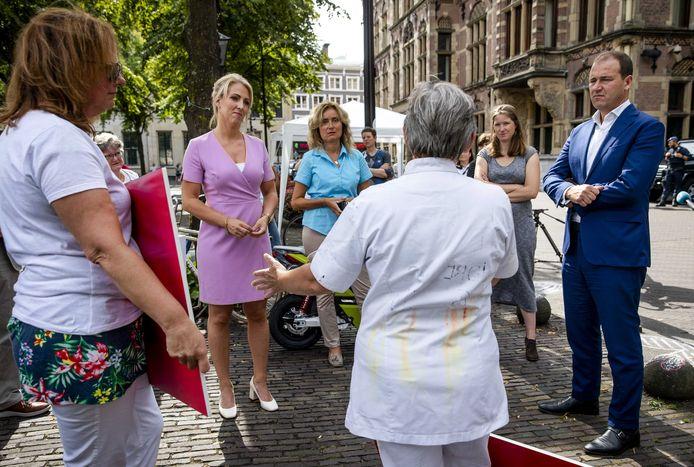 Augustus: Lodewijk Asscher (PvdA), Lilian Marijnissen (SP) en Vera Bergkamp (D66) in gesprek met zorgverleners op het Binnenhof.