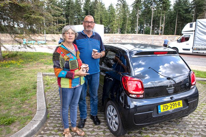 Op de parkeerplaats en tankstation Oeienbosch langs de A67 richting België treffen we diverse vakantiegangers aan.  Op de foto  Wilma van der Weerden en Benjo van Mook die onderweg zijn naar de caravan in België. Daar zullen ze stevig moeten werken om alle onkruid weg te halen.