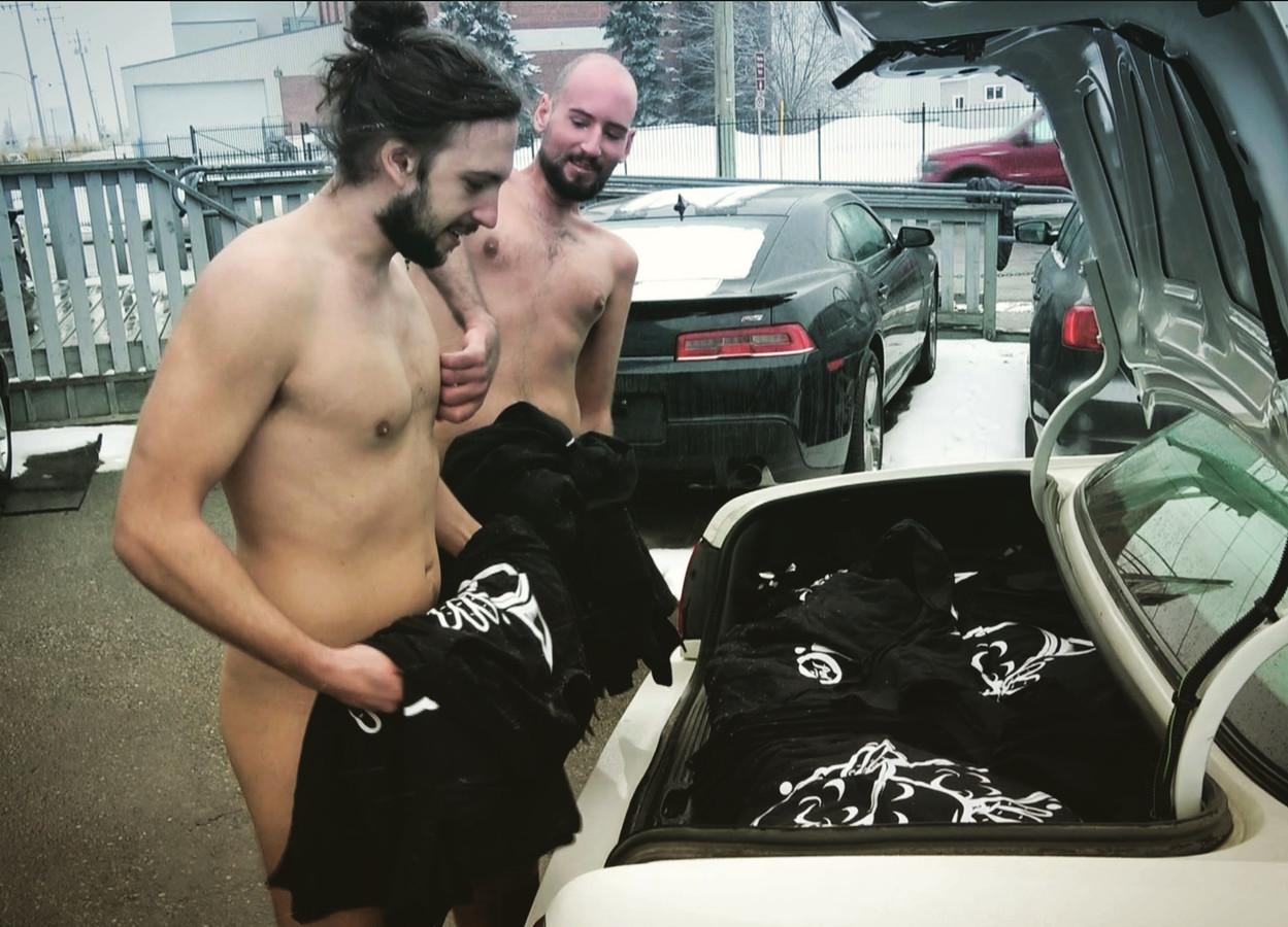 Maurice en Laurence aan het begin van de reis. In de kofferbak zitten 650 shirts.