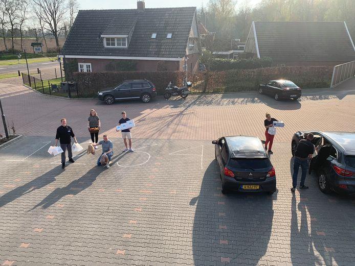 Parkeervak-afhaal bij Lutscher Alm en medewerkers van Brood-Nodig.nu, nieuwe webshop met versproducten uit Twente.