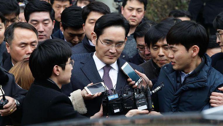 Lee Jae-Yong wordt bestookt door de pers nadat hij de rechtbank in Seoul verlaat. Beeld getty