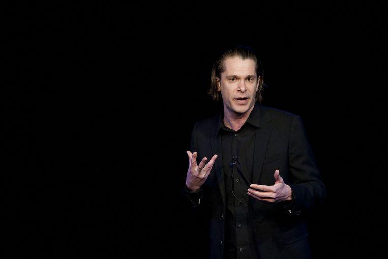 Hans Teeuwen maandag in Amsterdam met zijn nieuwe cabaretvoorstelling Spiksplinter, waarmee hij door Nederland en Belgie gaat toeren. Beeld anp