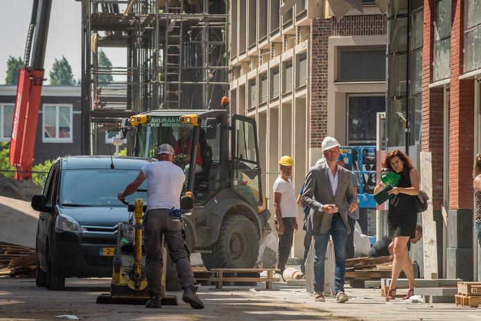Directeur Rogier Hendriks (witte helm) van a.s.r. vastgoed is altijd in Leidsche Rijn Centrum blijven geloven.
