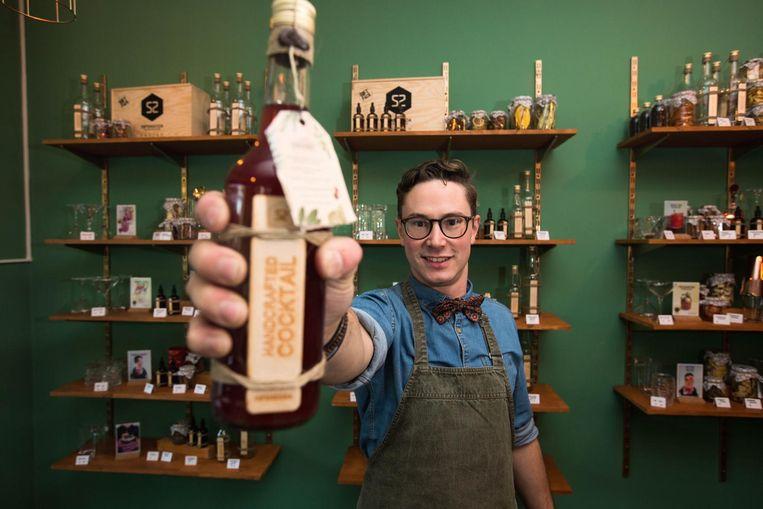 Thomas Janssens met een cocktail.