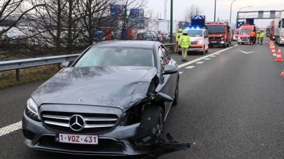 Zwangere bestuurster maakt inschattingsfout en botst met vier dagen oude Mercedes op BMW