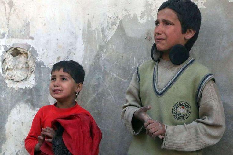 Kinderen huilen om de dood van hun moeder die is omgekomen bij een luchtaanval in Aleppo, 22 februari 2014. Beeld afp