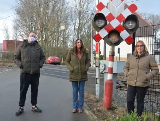 """Buurtbewoners voeren petitie tegen afschaffing spooroverweg Terjodenstraat: """"We vrezen dat belangrijke verbinding tussen Welle en Haaltert verdwijnt"""""""