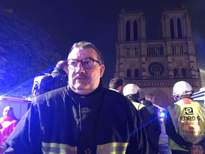 De priester is in dienst bij de brandweer als geestelijk verzorger.